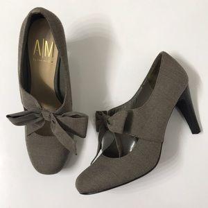 Ann Marino Greige Houndstooth Bow Heel